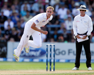 Stuart Broad bowls, New Zealand v England, 2nd Test, Wellington, 3rd day, March 16, 2013
