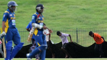 The Sri Lankan players go off as the covers are brought on