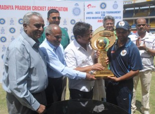 Parthiv Patel collects the trophy as Gujarat win the Syed Mushtaq Ali Trophy in Indore