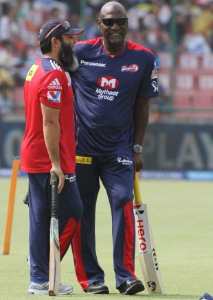 Viv Richards and Mushtaq Ahmed have a chat, Delhi Daredevils v Mumbai Indians, IPL, Delhi, April 21, 2013
