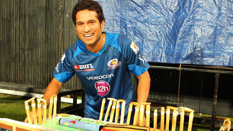 Sachin Tendulkar has a look at his 40-pound birthday cake