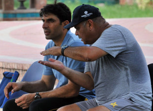 Dav Whatmore talks to Misbah-ul-Haq during a practice session, Lahore, July 5, 2013