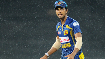 Dinesh Chandimal calls out instructions