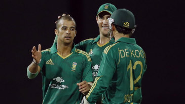 JP Duminy celebrates a dismissal with team-mates