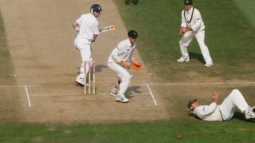 Shane Warne reacts as Matthew Hayden drops a catch off Kevin Pietersen