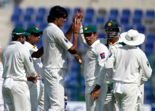 Mohammad Irfan celebrates a wicket with team-mates, Pakistan v South Africa, 1st Test, Abu Dhabi, 1st day, October 14, 2013