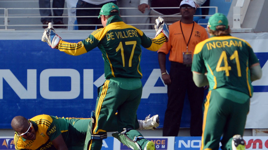 Lonwabo Tsotsobe took a good catch to dismiss Nasir Jamshed