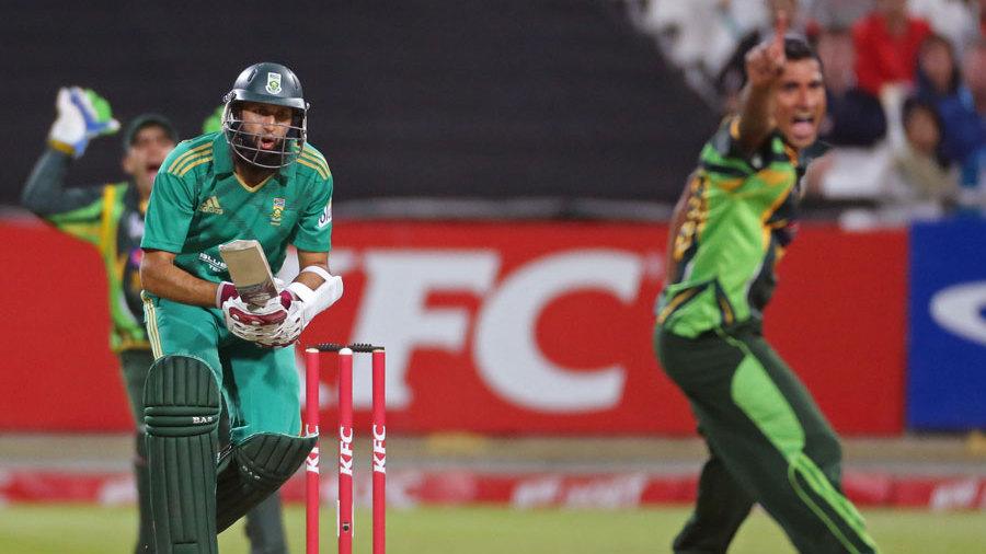 Bilawal Bhatti appeals unsuccessfully for Hashim Amla's wicket