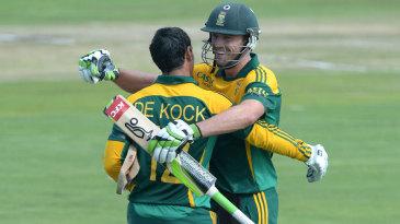 AB de Villiers congratulates Quinton de Kock on getting to a century
