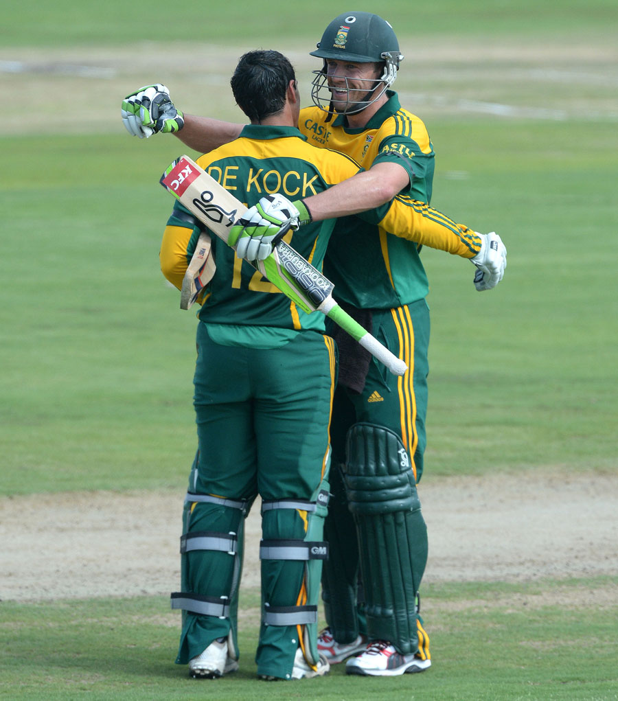 (Photo) AB de Villiers congratulates Quinton de Kock on getting to a century