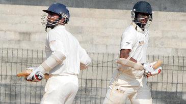 Dinesh Karthik and Abhinav Mukund run between the wickets