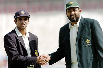 This is it! Rahul Dravid, the stand-in captain, and Inzamam-ul-Haq get ready for the toss
