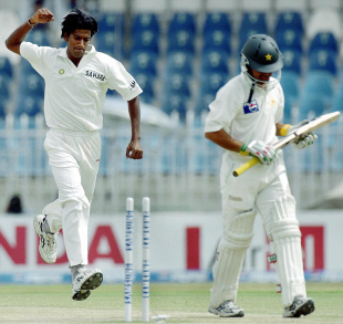 Lakshmipathy Balaji strikes quickly on the fourth morning, Pakistan v India, 3rd Test, Rawalpindi, 4th day, April 16, 2004