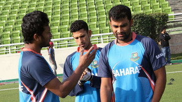 Shakib Al Hasan has a chat with Nasir Hossain and Tamim Iqbal