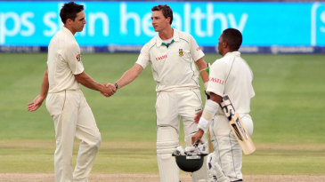 Dale Steyn congratulates Mitchell Johnson on Australia's victory