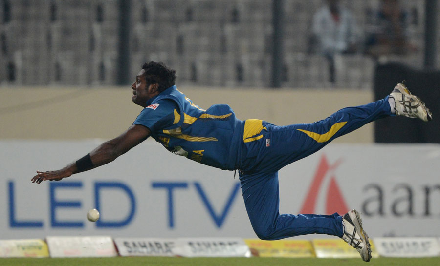 Angelo Mathews dives to stop a boundary