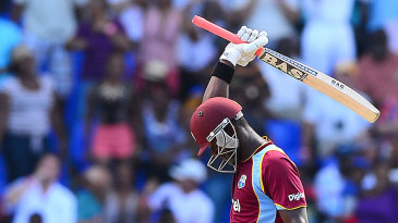 Darren Sammy acknowledges the crowd