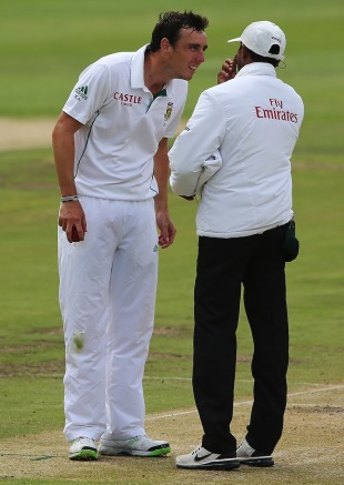 Kyle Abbott has a close look at umpire Kumar Dharmasena's eyes, South Africa v Australia, 3rd Test, Cape Town, 2nd day, March 2, 2014