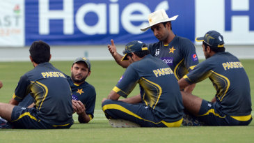 Pakistan's bowling coach, Mohammad Akram (in the white hat), talks to his players