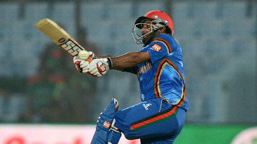 Mohammad Shahzad goes for the slog