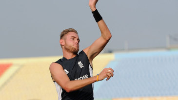 Stuart Broad bowls with his knee bandaged