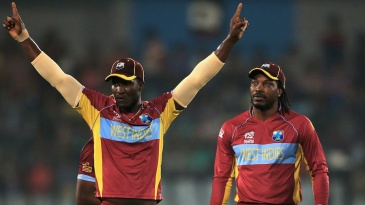 Darren Sammy celebrates Mahela Jayawardene's run-out
