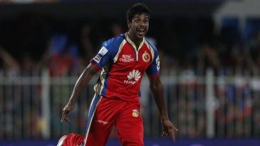 Varun Aaron celebrates Manoj Tiwary's wicket