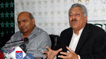 Intikhab Alam and Zaheer Abbas at a press conference