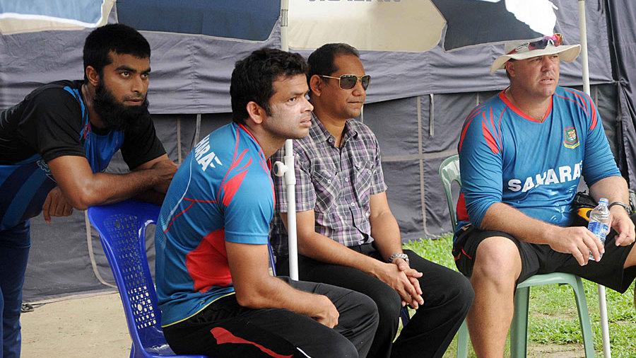Suhrawadi Shuvo, Abdur Razzak, Habibul Bashar and Heath Streak at a training session