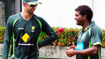 Muttiah Muralitharan gives Nathan Lyon some advice in Colombo
