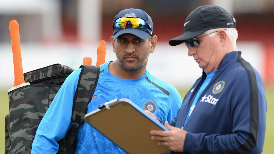Duncan Fletcher shares notes with MS Dhoni