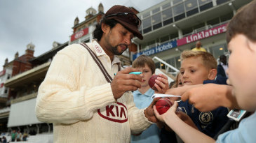 Tillakaratne Dilshan signs autographs on the boundary