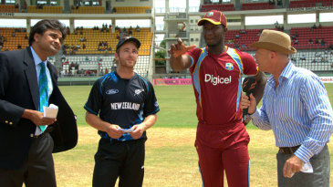 Kane Williamson and Darren Sammy contest the toss