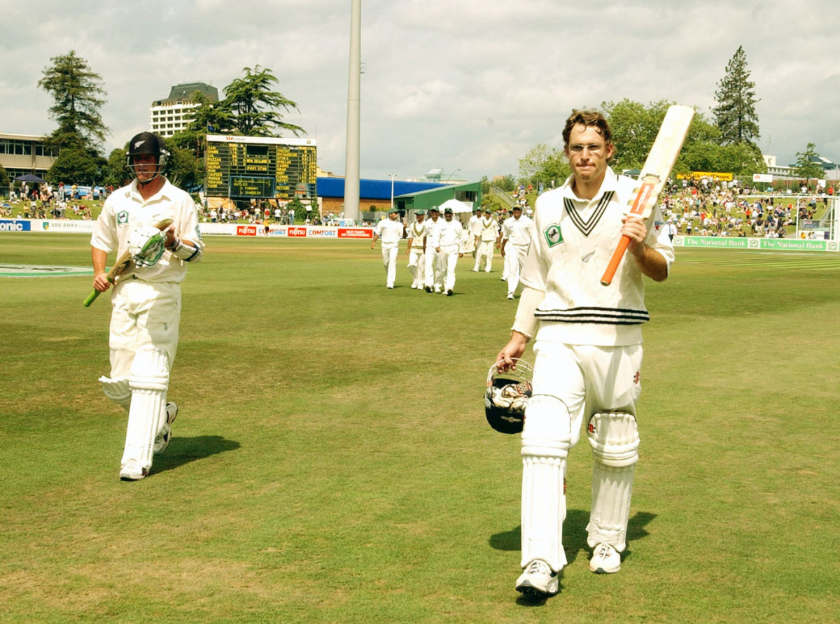 Daniel Vettori acknowledges the applause for his first Test century