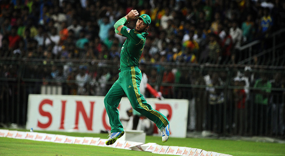 AB de Villiers takes a catch at the boundary to dismiss Lahiru Thirimanne