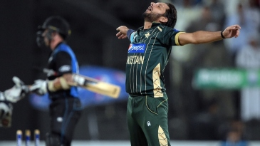 Shahid Afridi celebrates after wrapping up Pakistan's win