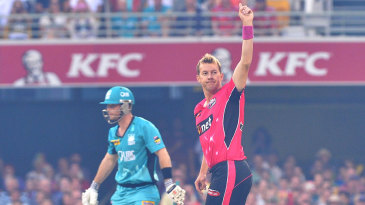 Brett Lee picked up two early wickets to rattle Brisbane Heat's top order