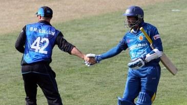 Brendon McCullum congratulates Tillakaratne Dilshan as he leaves the field