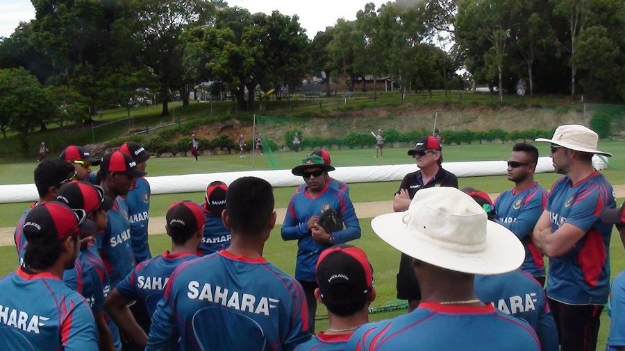 Chandika Hathurusingha leads the Bangladesh team talk