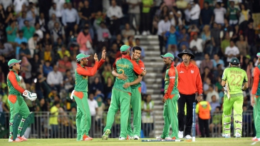 Taskin Ahmed is congratulated after dismissing Misbah-ul-Haq