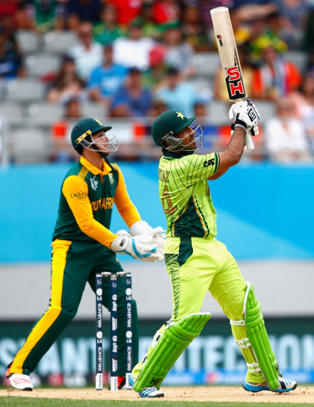 Sarfraz Ahmed muscles a pull