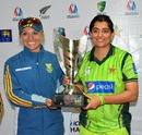 Mignon du Preez and Sana Mir with the trophy, Sharjah, March 13, 2015