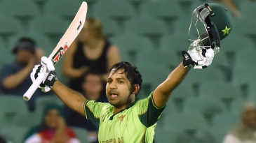 Sarfraz Ahmed acknowledges the crowd after his maiden ODI hundred