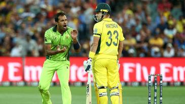 Wahab Riaz tries to get on Shane Watson's nerves