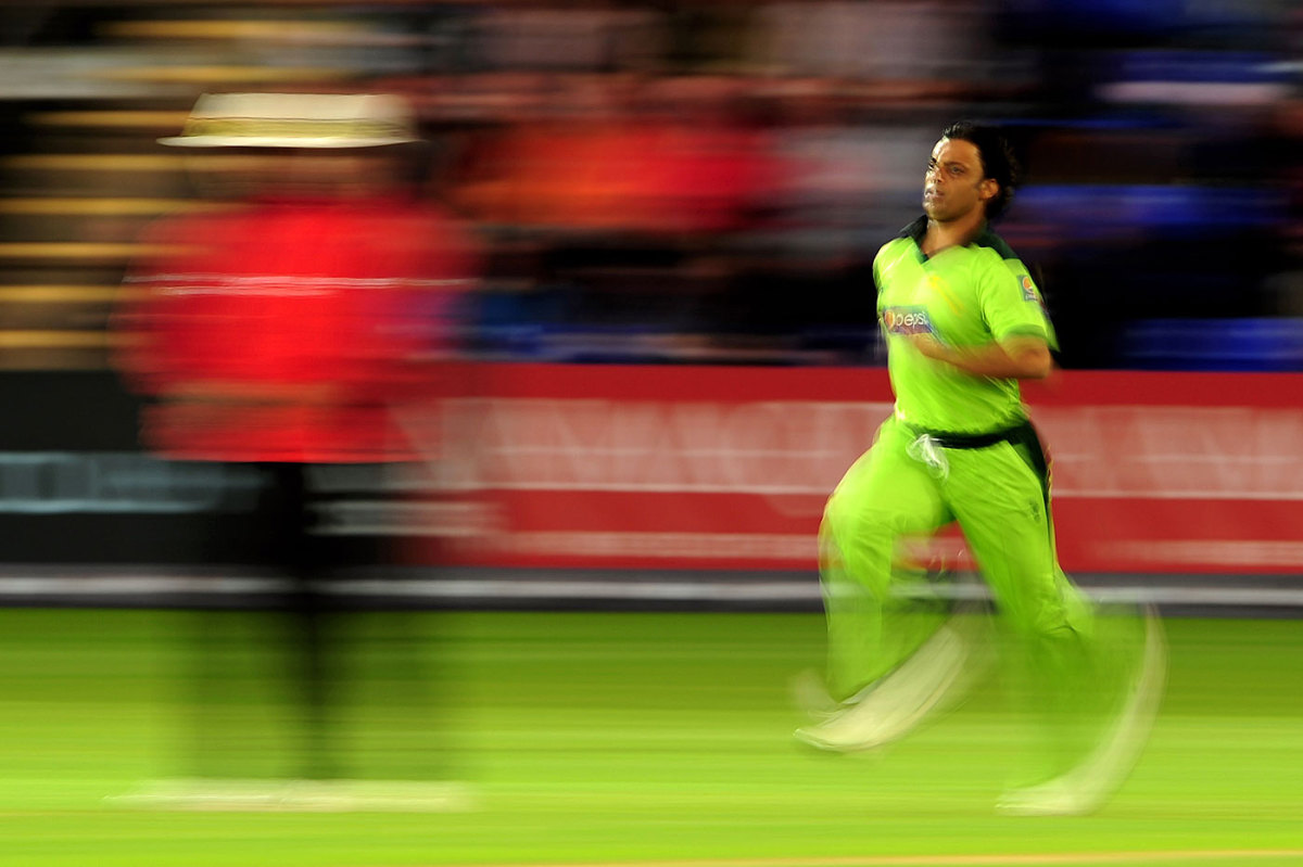 Shoaib Akhtar steamed in and picked up an early wicket, but couldn't inspire Pakistan to defend a meagre total