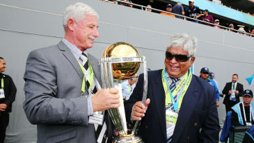 Richard Hadlee and Arjuna Ranatunga with the World Cup trophy