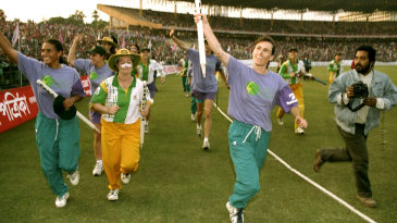 Belinda Clark, Karen Rolton and the Australian team take a victory lap around Eden Gardens after winning the World Cup