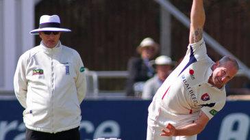 Darren Stevens runs into bowl