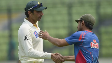 Misbah-ul-Haq shakes hands with Mushfiqur Rahim
