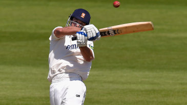 Ryan ten Doeschate pulls as Essex try to bat out the final day